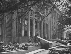 Vue de la porte d'entrée du Centre Pierre et Marie Curie - Avenue Battandler